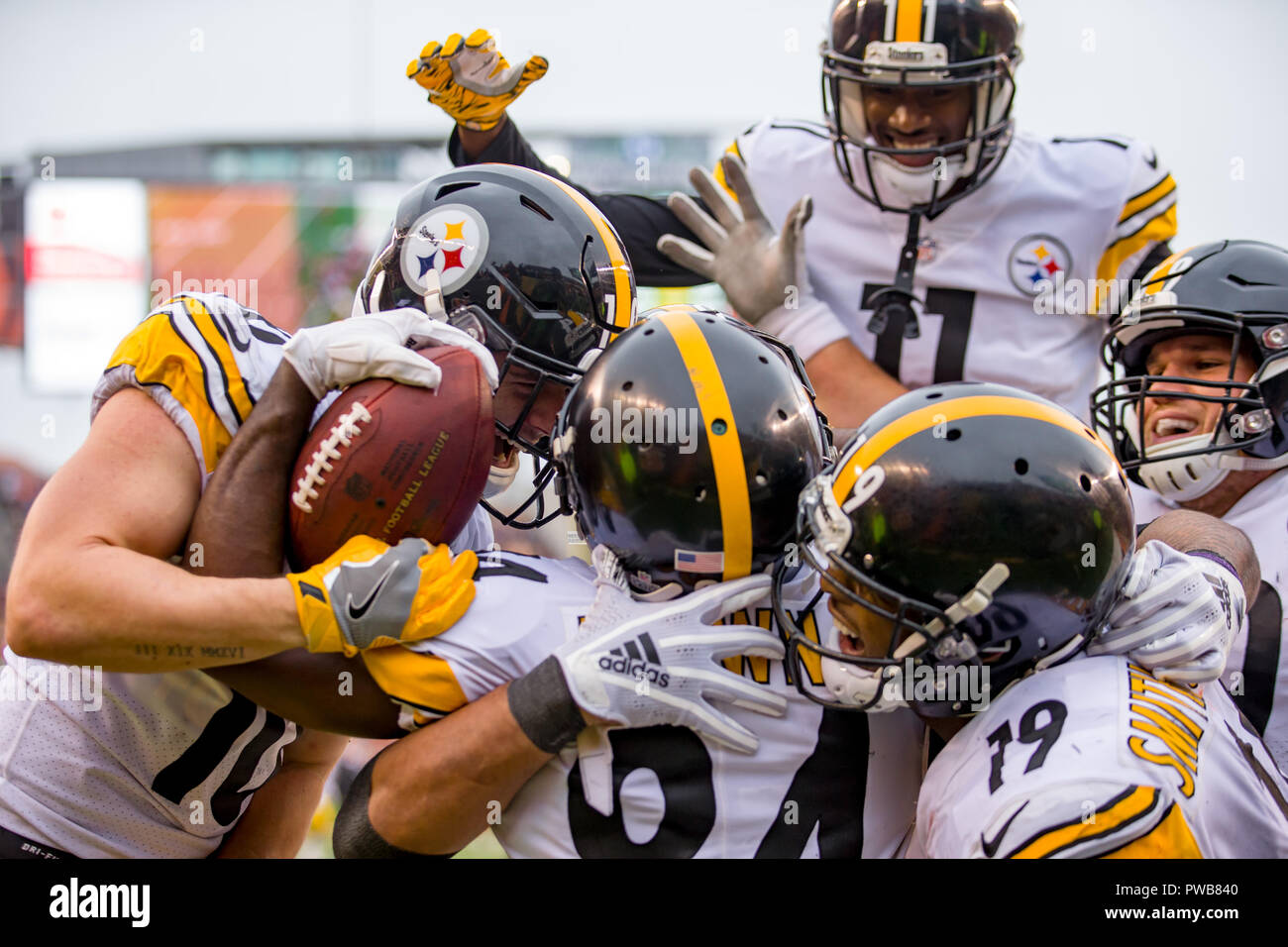6d22f90f2 Pittsburgh Steelers wide receiver Antonio Brown (84) celebrates in the end  zone with teammates after scoring the game winning touchdown in a game  between ...