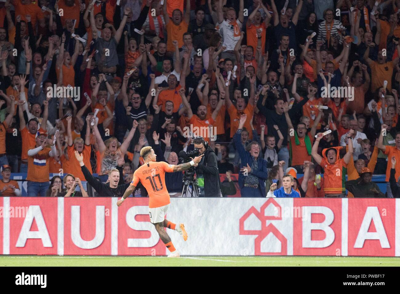 goalkeeper Memphis DEPAY (NED) and the dutch fans cheer on