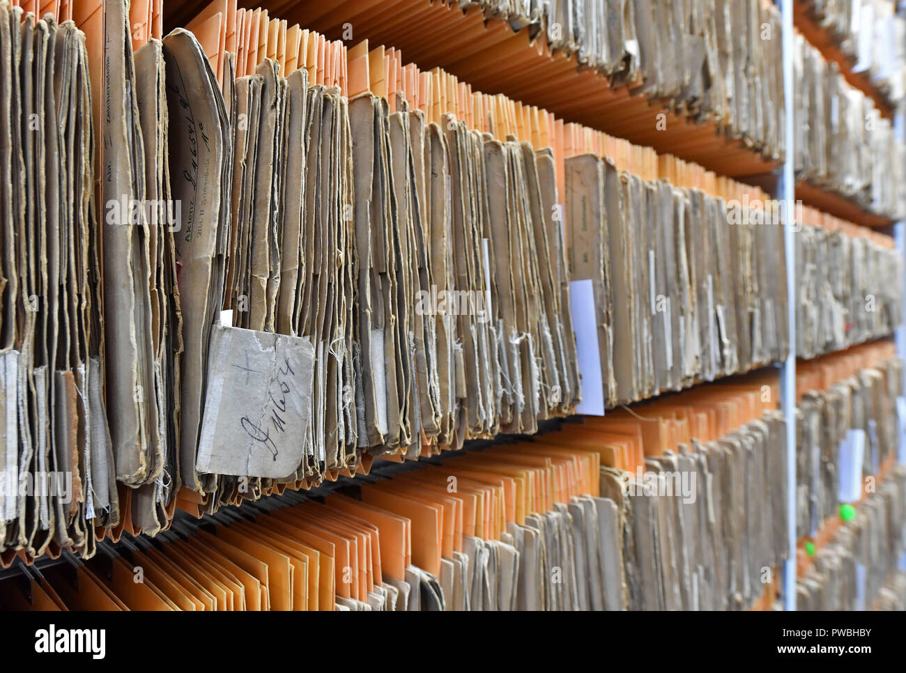 15 October 2018, Thuringia, Jena: Files hang on a shelf in the historical examiner's room of the Jena office of the German Patent and Trade Mark Office. The East German branch of the Patent Office in Munich has been in existence for 20 years. The settlement was decided by the Federalism Commission in 1992. Since then, the employees have been responsible for design protection and, together with Munich, for trademark protection. The branch currently employs a total of 229 civil servants and employees. Photo: Martin Schutt/dpa-Zentralbild/dpa Stock Photo