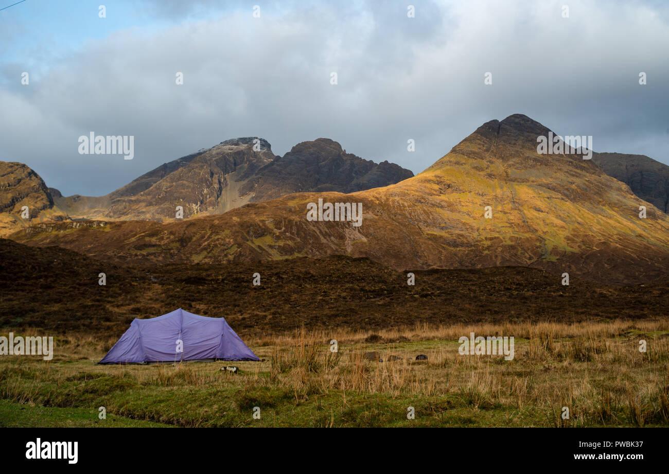 Tent dndSunrise at Loch Slapin, Bla Bheinn (Blaven) in the background, Black Cuillin,  West Highlands, Isle of Skye, Scotland, UK - Stock Image