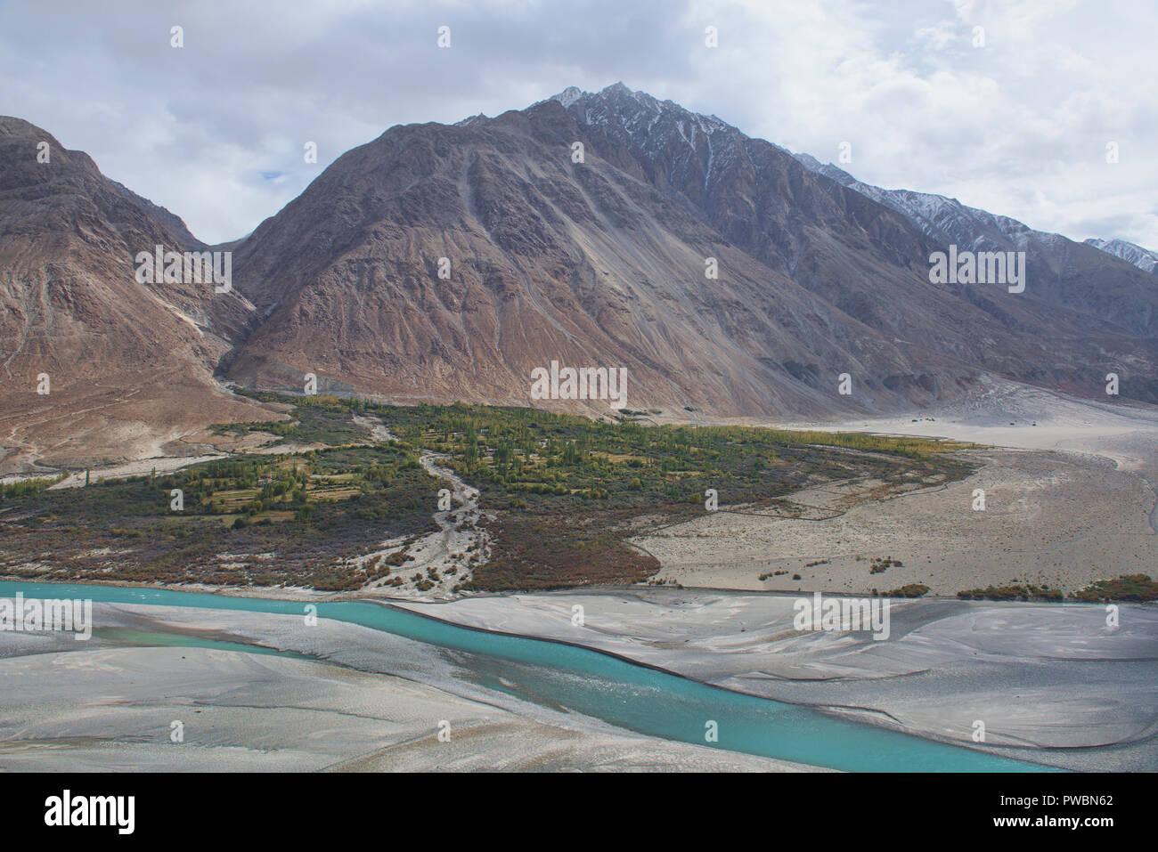 The beautiful Shyok River and Karakoram Range, Nubra Valley, Ladakh, India - Stock Image
