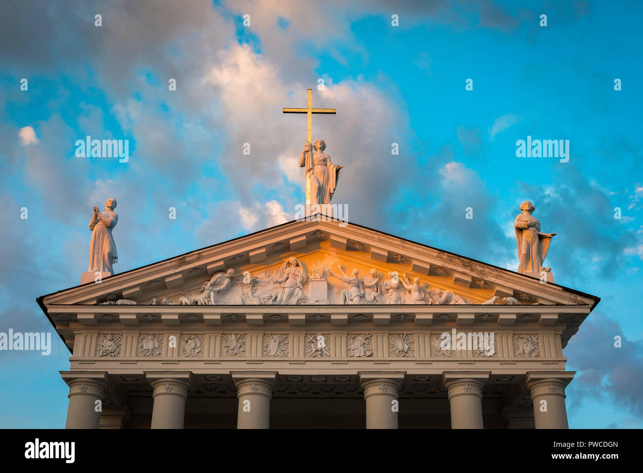 Cathedral Vilnius, sunset view of statues sited above the neoclassical pediment of the Vilnius Cathedral of St Stanislav and St Vladislav, Lithuania. - Stock Image