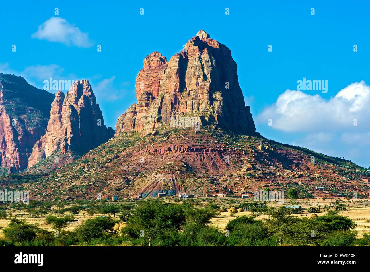 Gheralta sandstone escarpment rising above the Hazwien plain, Tigray, Ethiopia - Stock Image