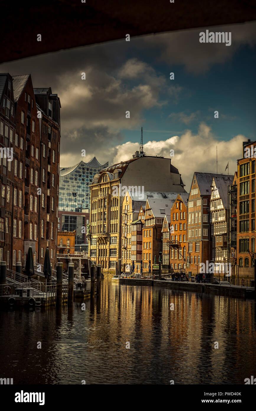 Deutschland, Hamburg, Nikolaifleet, Deichstraße, Hafen, Hafencity, Elbphilharmonie - Stock Image