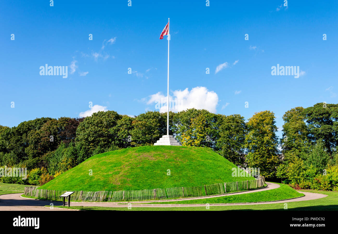 A tall flagpole on top of the Mound in Duthie park, Aberdeen, Scotland - Stock Image