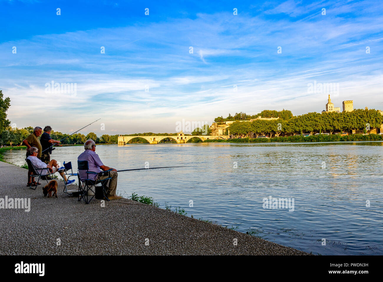 France. Vaucluse (84). Avignon. Fishermen on the banks of the Rhone, in background the pont Saint-Bénézet, commonly called Pont d'Avigon. - Stock Image