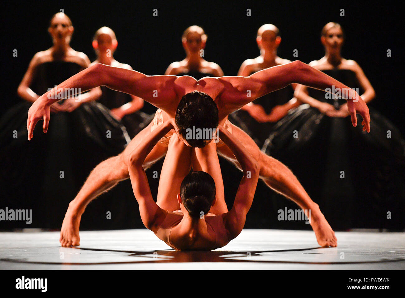 """Prague, Czech Republic. 09th Oct, 2018. Dress rehearsal of the """"Kylian - Bridges of Time"""" ballet performance in the National Theater in Prague, Czech Republic, on October 9, 2018. Choreographer Jiri Kylian for this occasion chose four of his works: Symphony of Psalms, Bella Figura, Petite Mort and Sechs Tanze (Six Dances). The premiere will be held on October 11. Credit: Michal Kamaryt/CTK Photo/Alamy Live News Stock Photo"""