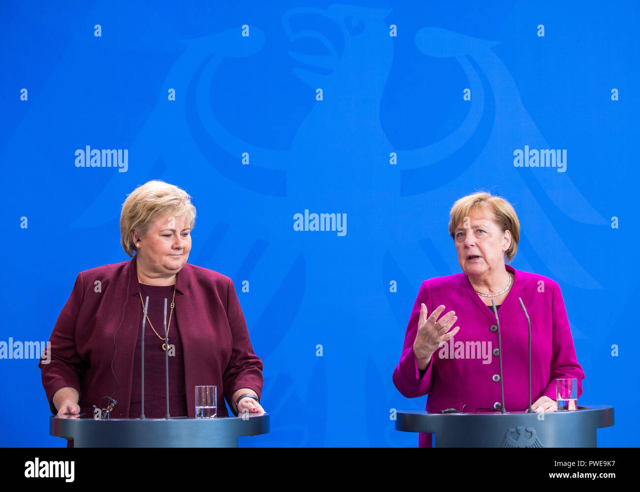 Berlin, Germany. 16 October 2018, Berlin: Federal Chancellor Angela Merkel (CDU, r) welcomes Erna Solberg, Prime Minister of Norway, to the Chancellery. Solberg will then give a speech at the Körber Foundation on the priorities of Norwegian foreign policy. Photo: Jens Büttner/dpa-Zentralbild/dpa Credit: dpa picture alliance/Alamy Live News - Stock Image