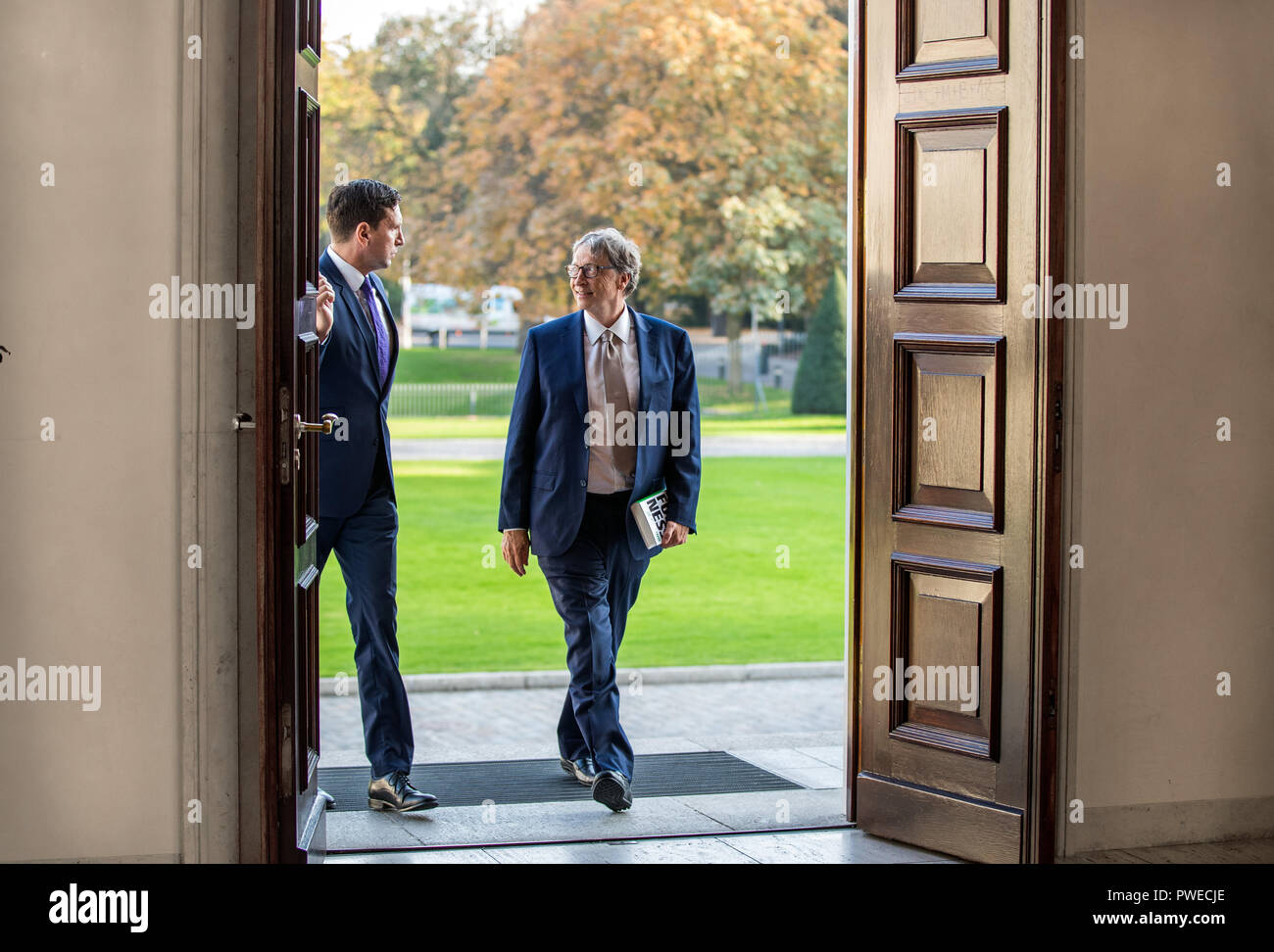 16 October 2018, Berlin: 16 October 2018, Germany, Berlin: Microsoft founder Bill Gates comes to Schloss Bellevue for a conversation with Federal President Steinmeier. The Microsoft founder is currently in Berlin for the annual meeting of the charitable initiative 'Grand Challenges', which he co-founded. Photo: Jens Büttner/dpa-Zentralbild/dpa - Stock Image