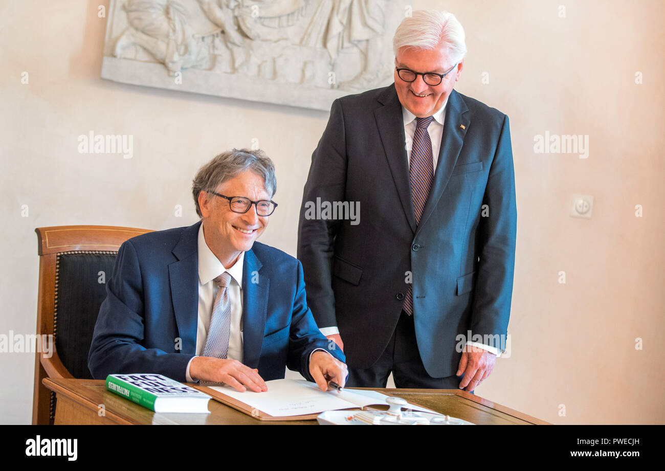 16 October 2018, Berlin: 16 October 2018, Germany, Berlin: Federal President Frank-Walter Steinmeier (R) welcomes Microsoft founder Bill Gates for an interview at Schloss Bellevue. Gates signs the guestbook. The Microsoft founder is currently in Berlin for the annual meeting of the charitable initiative 'Grand Challenges', which he co-founded. Photo: Jens Büttner/dpa-Zentralbild/dpa - Stock Image