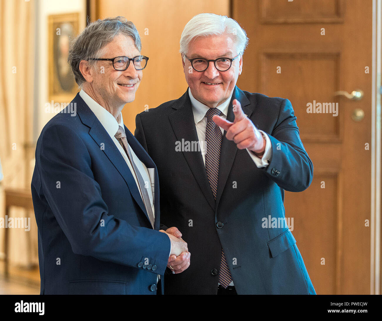 16 October 2018, Berlin: 16 October 2018, Germany, Berlin: Federal President Frank-Walter Steinmeier (R) welcomes Microsoft founder Bill Gates for an interview at Schloss Bellevue. The Microsoft founder is currently in Berlin for the annual meeting of the charitable initiative 'Grand Challenges', which he co-founded. Photo: Jens Büttner/dpa-Zentralbild/dpa - Stock Image