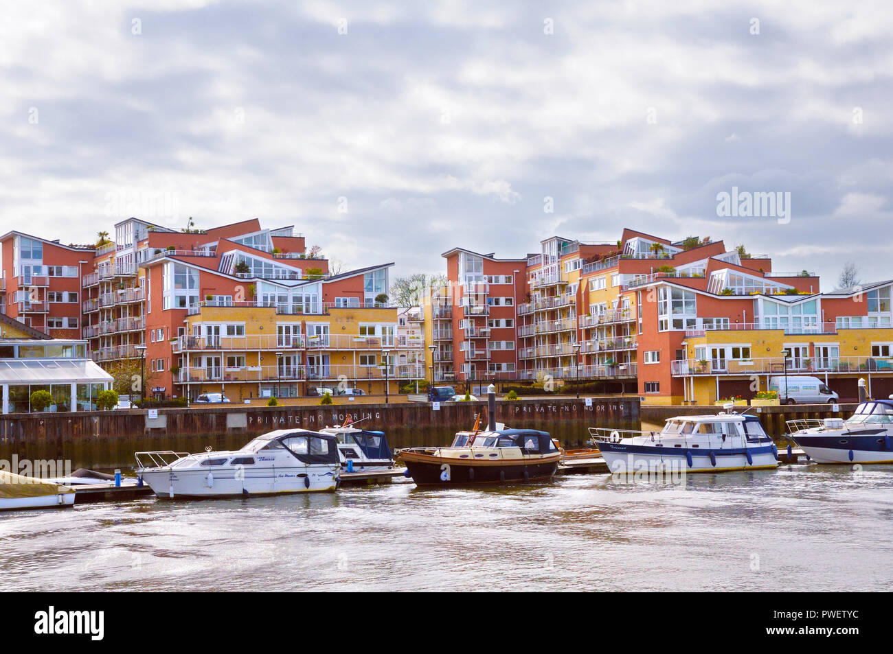 Boats and riverside apartments at Teddington Lock on the River Thames - Stock Image