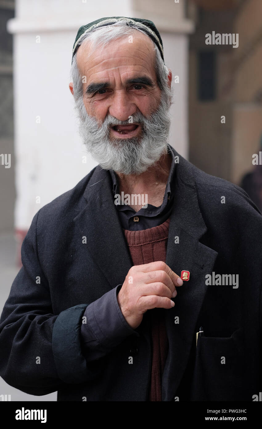 An elderly Uzbek man showing his Lenin pin in the Chorsu Bazaar located in  the center 86bba3af02b0