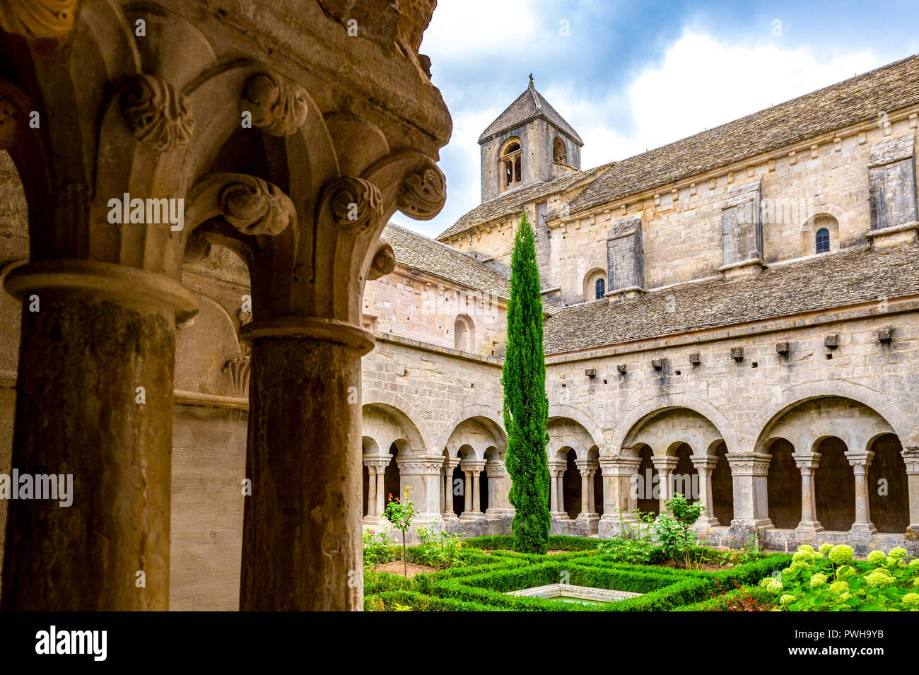 France. Vaucluse (84). Common Gordes. Regional Natural Park of Luberon. Abbey Notre Dame de Senanque dating from the twelfth century. The cloister - Stock Image