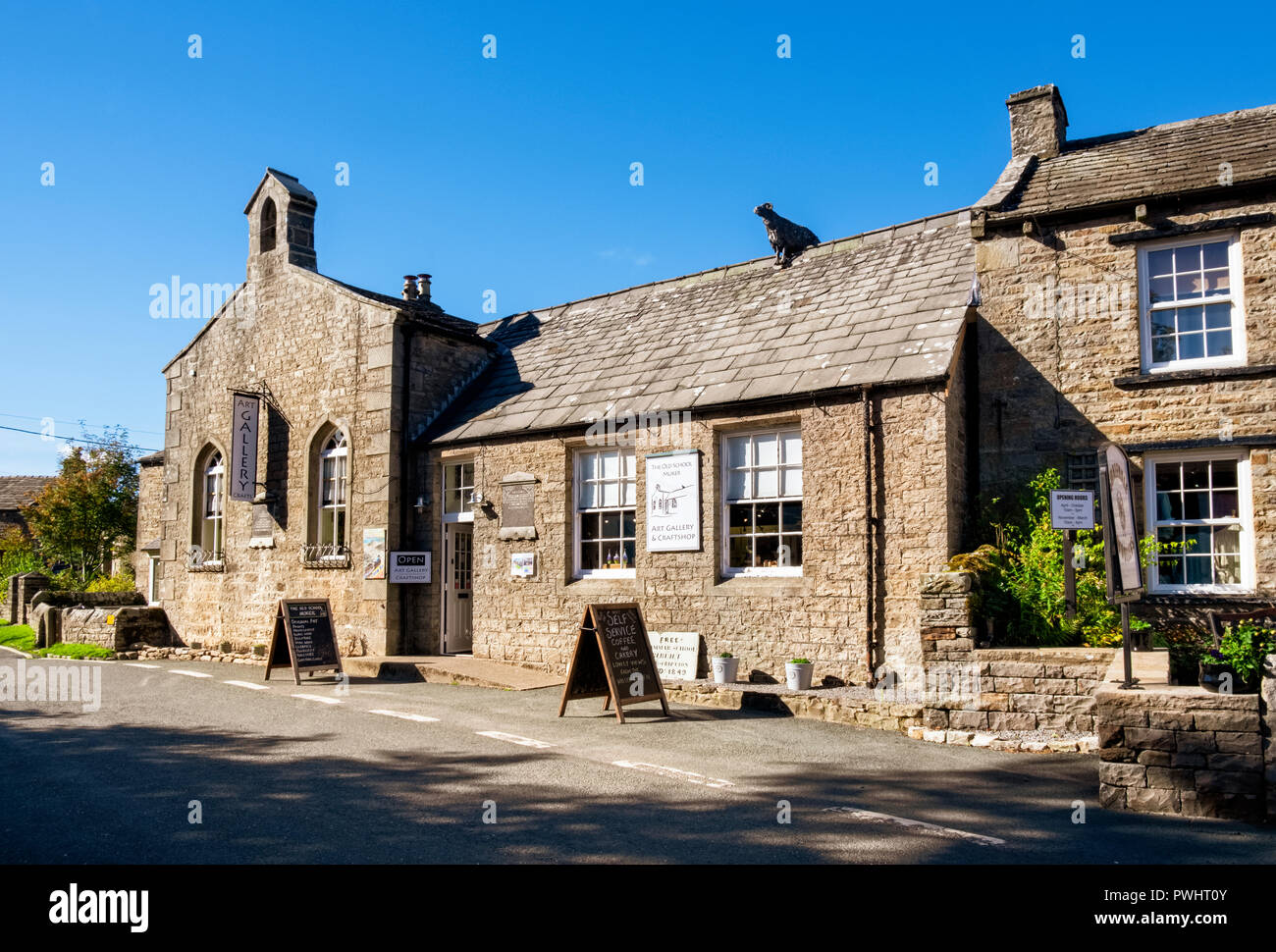Old School Art Gallery and Craft Shop in Muker village in the Yorkshire Dales, North Yorkshire - Stock Image