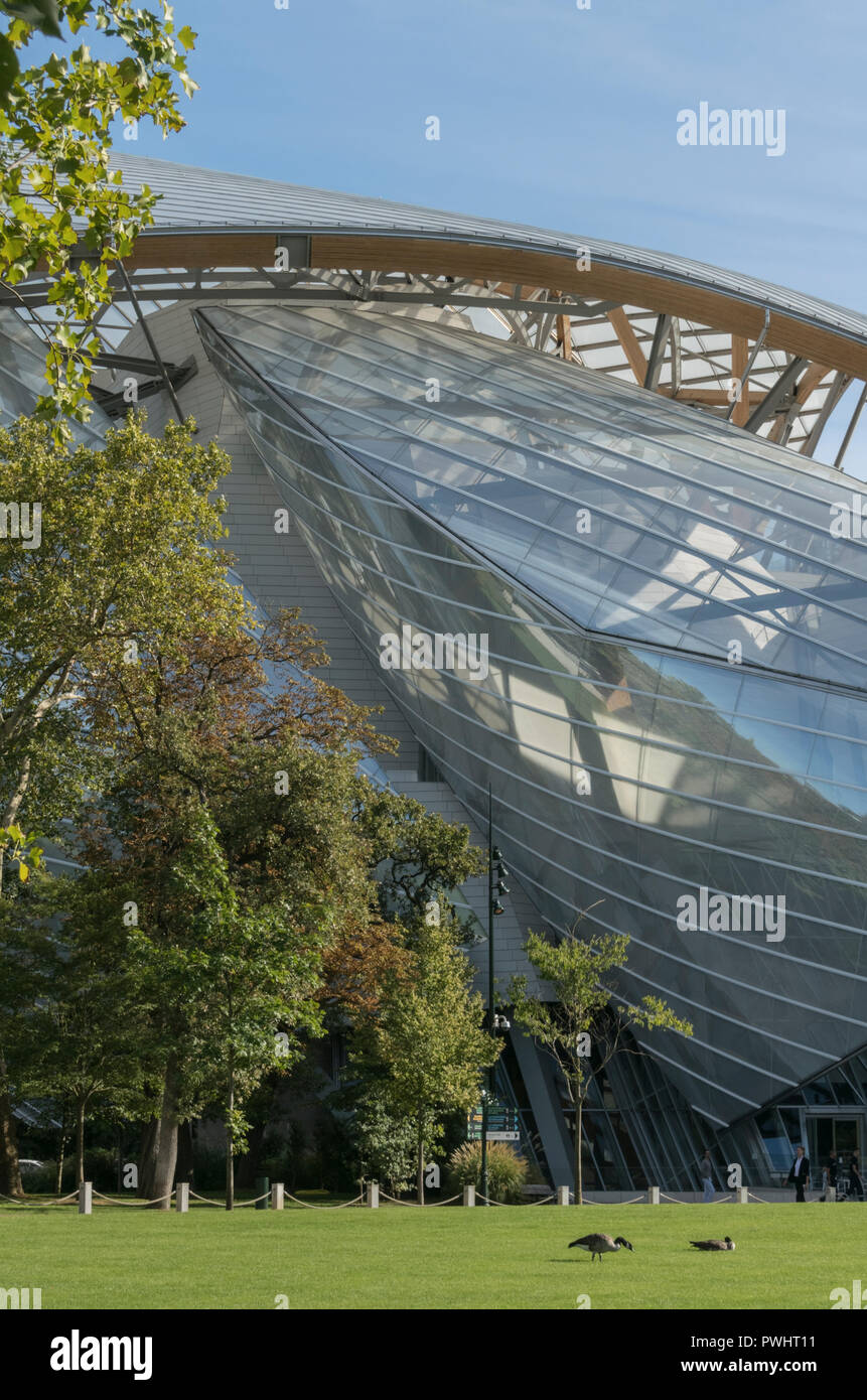 This sensational Frank Gehry building in the Bois de Boulogne, Paris, houses a complex of art galleries for the Fondation Louis Vuitton in France Stock Photo