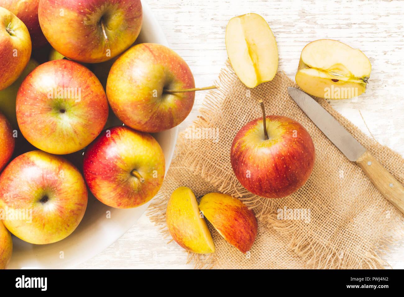 Apfel geschnitten auf weißen Holzuntergrund - Stock Image