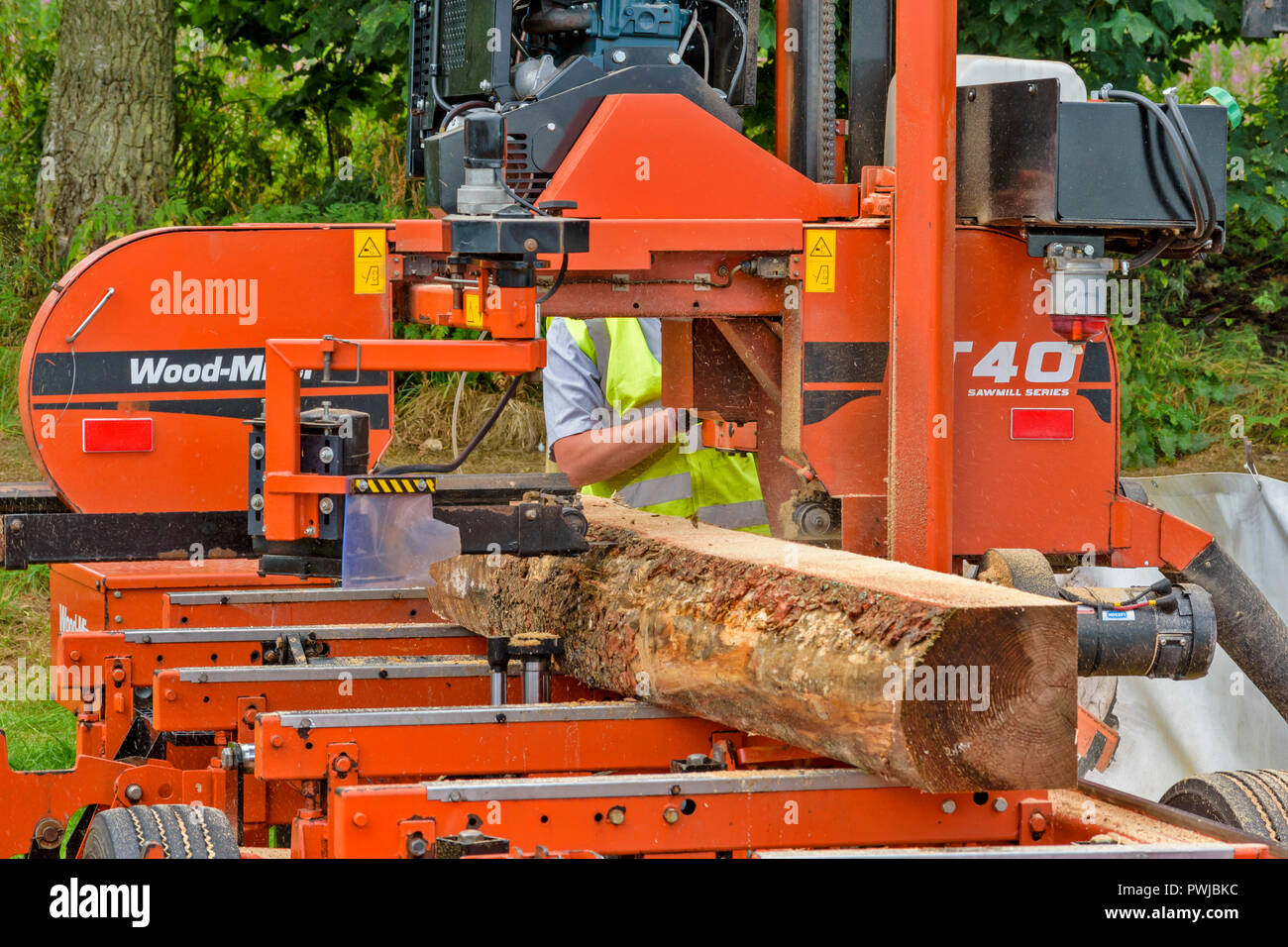 WOOD MIZER A TRANSPORTABLE SAWMILL IN ACTION SAWING A LOG OF
