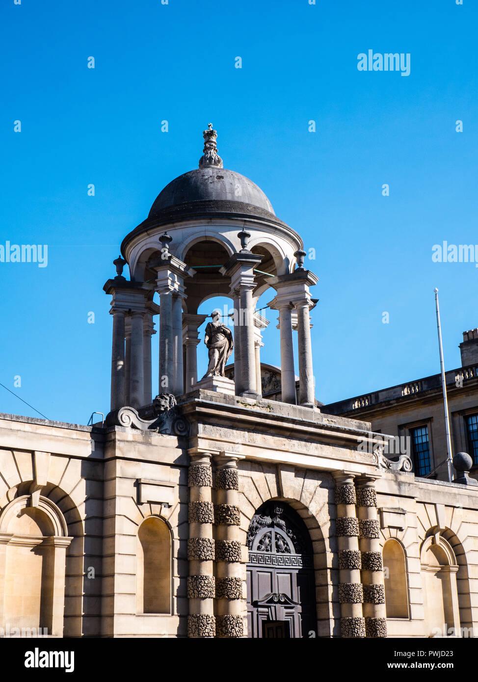 Nicholas Hawksmoor Statue above Porters Entrance, Queens College, Oxford University, Oxford, Oxfordshire, England, UK, GB. - Stock Image