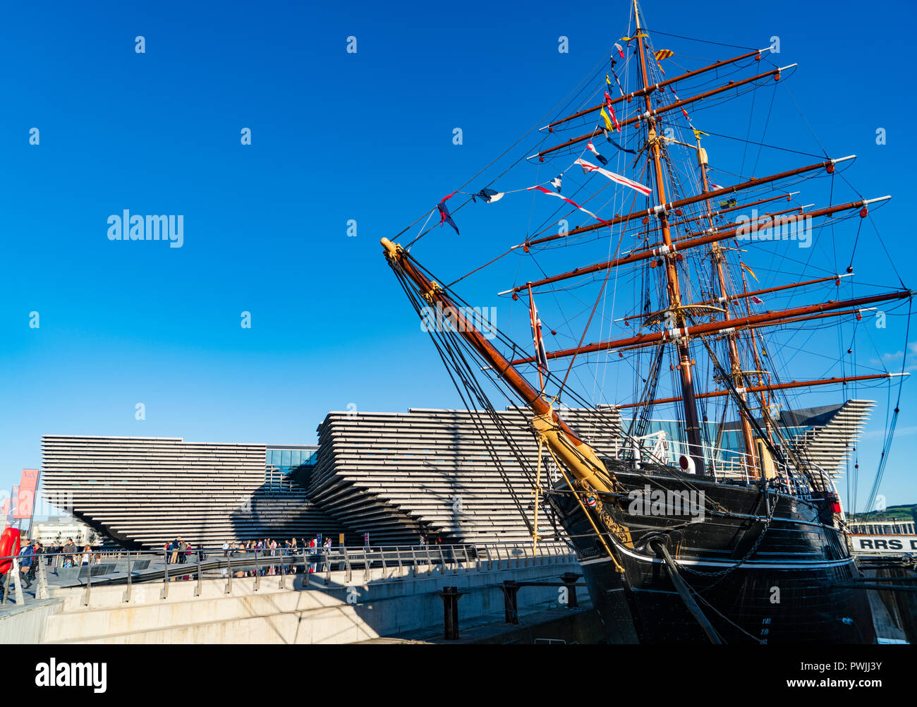 View of newly completed V&A Museum of Design and RRS Discovery ship in Dundee, Tayside, Scotland. Architect Kengo Kuma & Associates Stock Photo