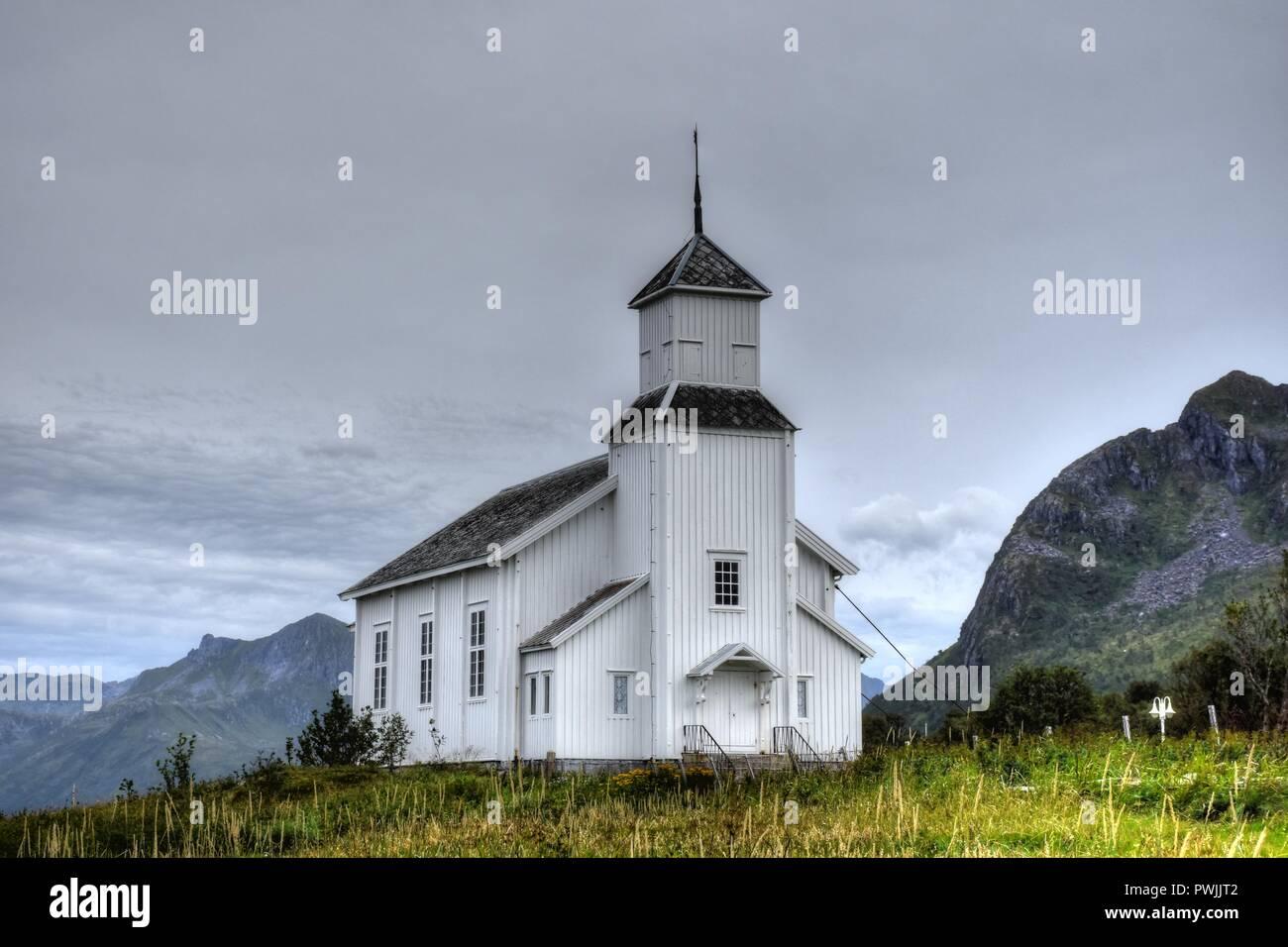 Norwegen, Lofoten, Gimsøy, Gimsøy Kirke, Kirche, Friedhof, Gimsøya, Gimsøystraumen, Fjord, Vinjevika, Sandmannen, Insel, Kreuz, Grabkreuz, Gottesacker Stock Photo