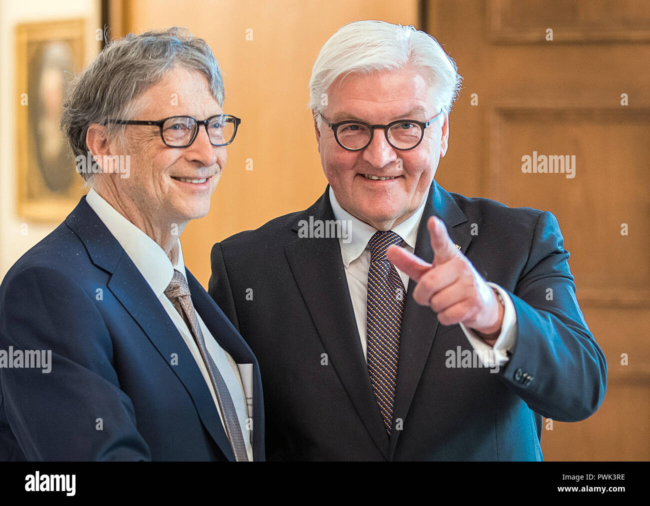 Berlin, Germany. 16th October, 2018. 16 October 2018, Berlin: 16 October 2018, Germany, Berlin: Federal President Frank-Walter Steinmeier (R) welcomes Microsoft founder Bill Gates for an interview at Schloss Bellevue. The Microsoft founder is currently in Berlin for the annual meeting of the charitable initiative 'Grand Challenges', which he co-founded. Photo: Jens Büttner/dpa-Zentralbild/dpa Credit: dpa picture alliance/Alamy Live News - Stock Image