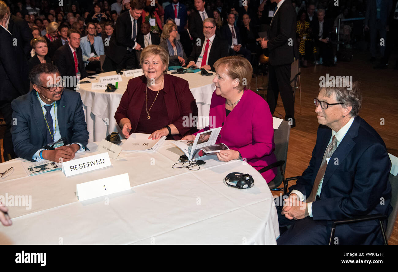 Berlin, Germany. 16 October 2018, Berlin: 16 October 2018, Germany, Berlin: Bill Gates (R-L), founder of Microsoft and the Bill & Melinda Gates Foundation, Chancellor Angela Merkel (CDU), Erna Solberg, Prime Minister of Norway, and Tedros Adhanom Ghebreyesus, Director General of the World Health Organization (WHO), meet at the closing event of the World Health Summit 2018. 2,000 participants and 300 speakers from 100 countries discussed urgent issues of global health care and the prevention of preventable diseases at the three-day event. Photo: Bernd von Jutrczenka/dpa Credit: dpa picture alli - Stock Image