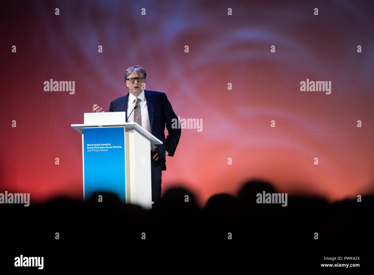Berlin, Germany. 16 October 2018, Berlin: 16 October 2018, Germany, Berlin: Bill Gates, founder of Microsoft and the Bill & Melinda Gates Foundation, speaking at the closing event of the World Health Summit 2018. 2,000 participants and 300 speakers from 100 countries discussed pressing issues of global health care and the prevention of preventable diseases at the three-day event. Photo: Bernd von Jutrczenka/dpa Credit: dpa picture alliance/Alamy Live News - Stock Image