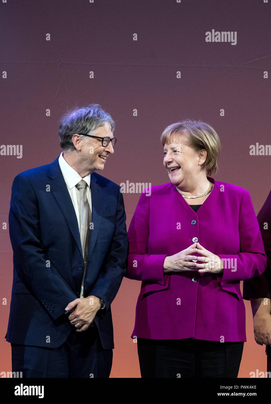 Berlin, Germany. 16 October 2018, Berlin: 16 October 2018, Germany, Berlin: Bill Gates, founder of Microsoft and the Bill & Melinda Gates Foundation, and Chancellor Angela Merkel (CDU) are onstage at the closing event of the World Health Summit 2018. Around 2,000 participants and 300 speakers from 100 countries discussed pressing issues of global health care and the prevention of preventable diseases at the three-day event. Photo: Bernd von Jutrczenka/dpa Credit: dpa picture alliance/Alamy Live News - Stock Image