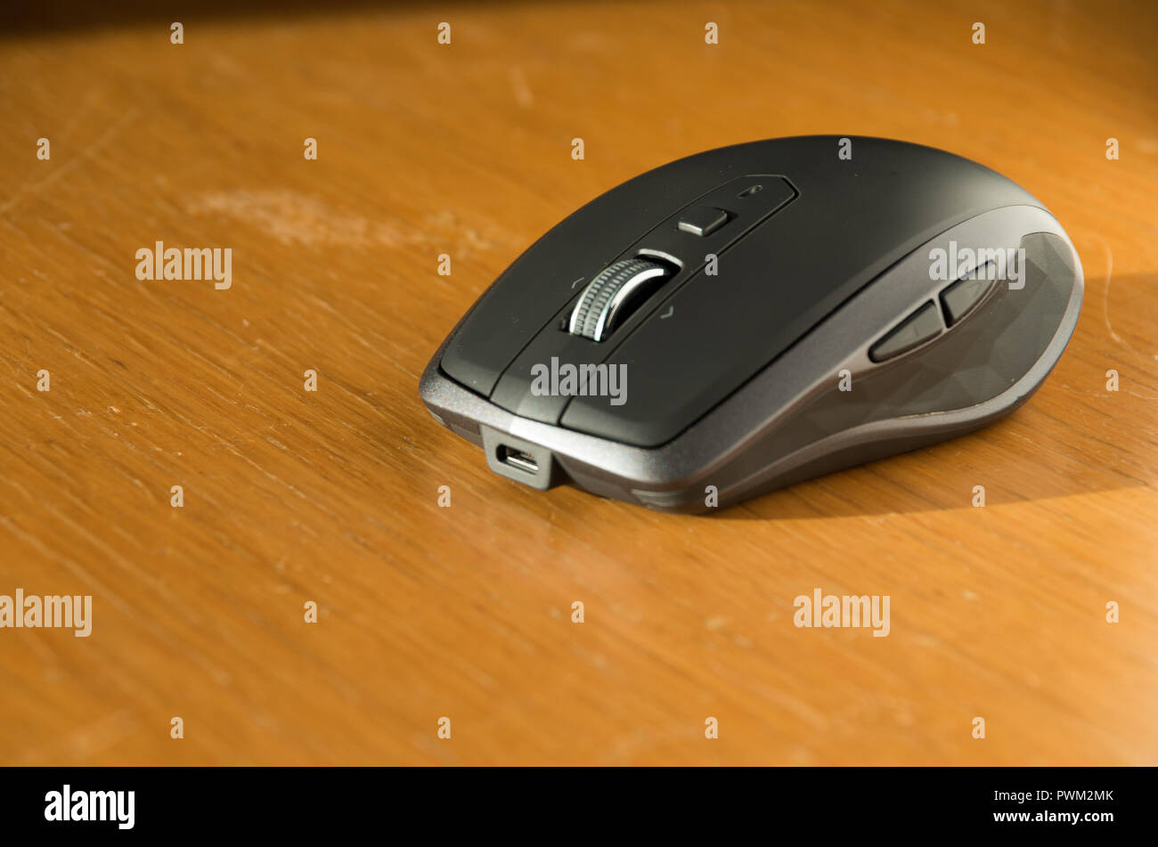 Wireless Mouse with omnidirectional scroll wheel and side buttons