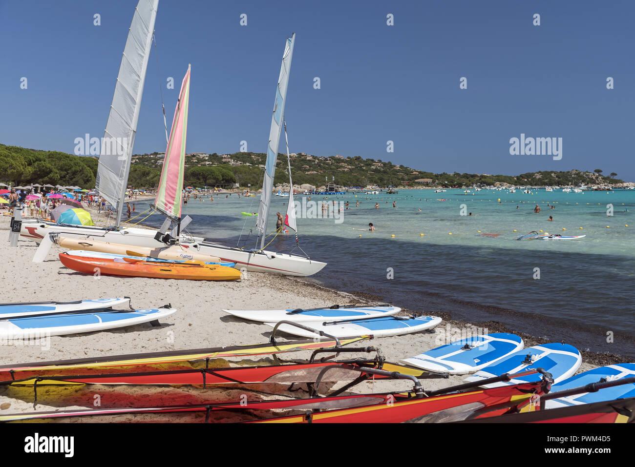 Tourist recreational water vehicles in the bay of Santa Giulia. Beach of Santa Giulia in Corsica. Plaża Santa Giulia na Korsyce. Żaglówki, łódki. - Stock Image