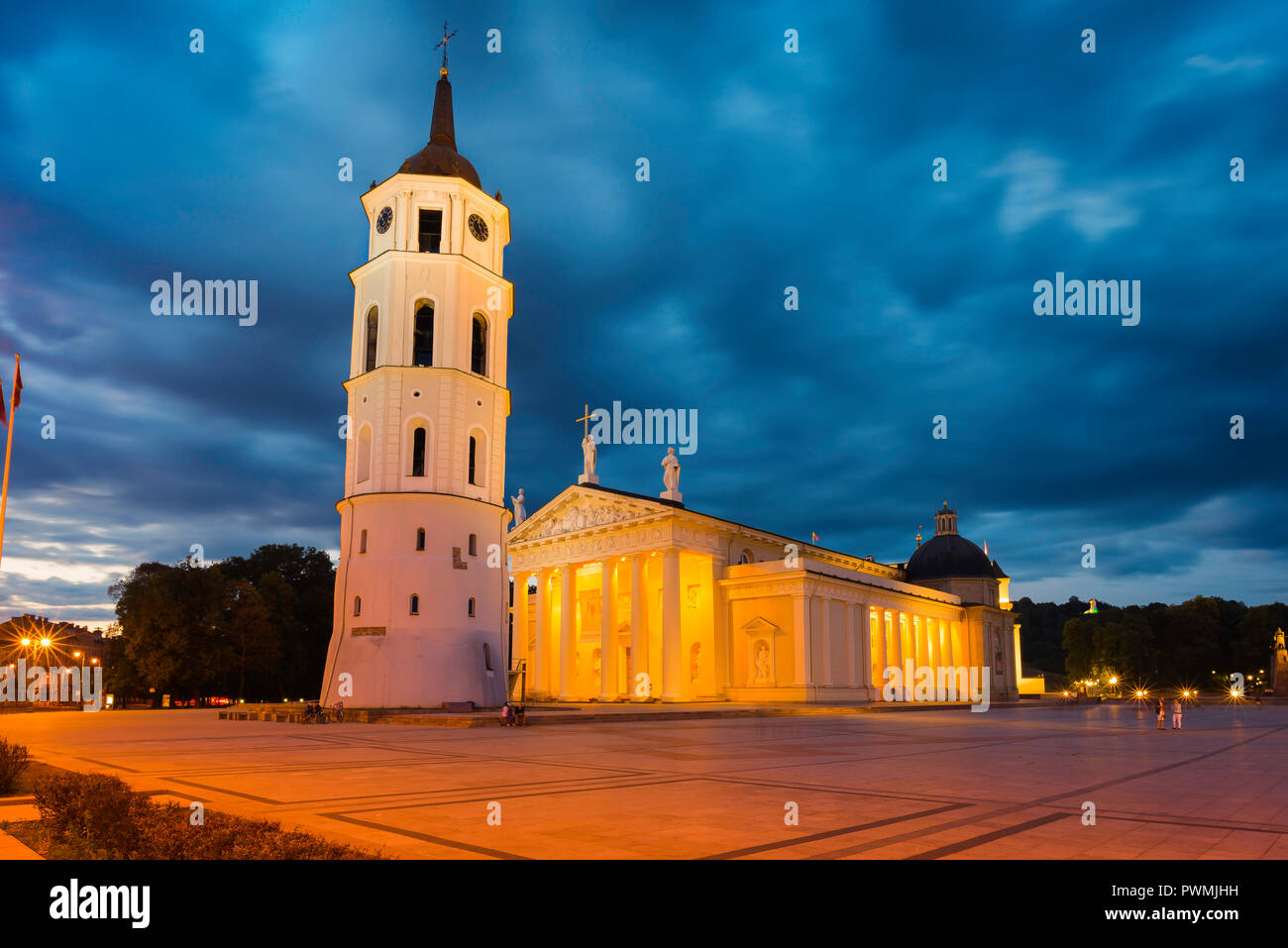 Vilnius Lithuania Cathedral Square, view at night of Vilnius Cathedral and the Belfry bell tower in the city's main square, Baltic States. - Stock Image