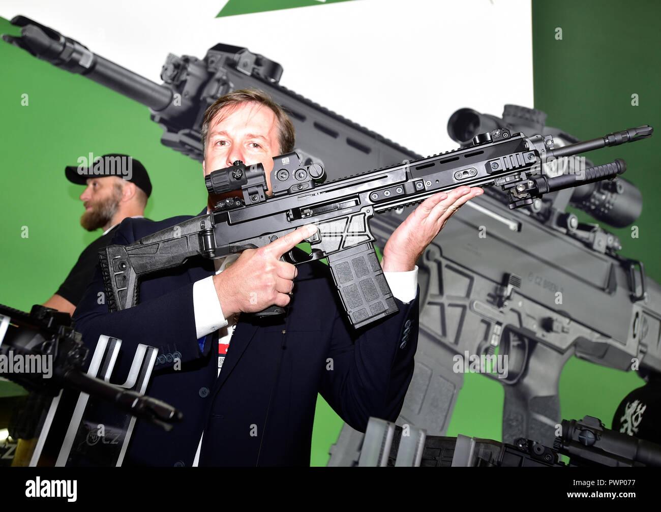 https://c8.alamy.com/comp/PWP077/prague-czech-republic-17th-oct-2018-presentation-of-new-version-of-a-cz-bren-2-assault-rifle-by-ceska-zbrojovka-czech-firearms-manufacturer-during-the-future-forces-forum-2018-fair-in-prague-czech-republic-on-october-17-2018-credit-roman-vondrousctk-photoalamy-live-news-PWP077.jpg