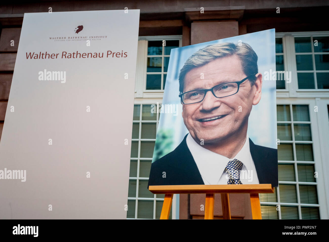 Berlin, Germany. 17th Oct, 2018. 17 October 2018, Germany, Berlin: A portrait photo of former Foreign Minister Guido Westerwelle stands on an easel at the posthumous presentation of the Rathenau Prize 2018. Westerwelle is posthumously honoured by the Walther Rathenau Institute, Foundation for International Politics, 'for his work in the sense of a peaceful world order based on international understanding'. Credit: Christoph Soeder/dpa/Alamy Live News - Stock Image