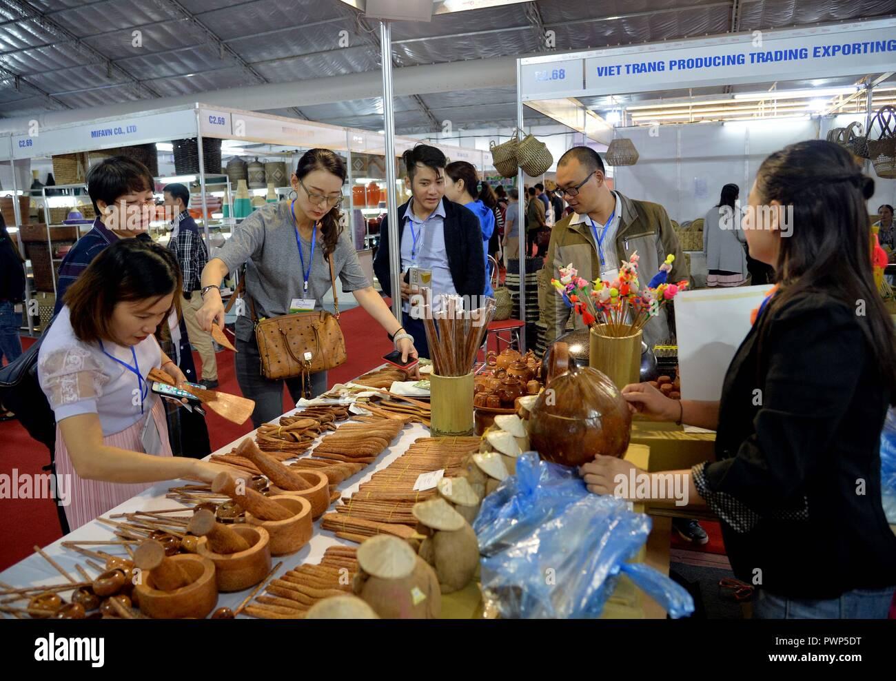 Hanoi, Vietnam  17th Oct, 2018  People visit the Hanoi Gift Show