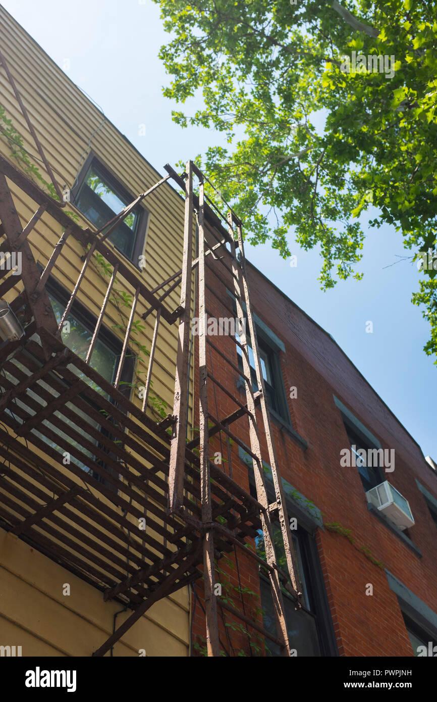 Echelle extérieur sur un immeuble du quartier de williamsburg, Brooklyn, New York, USA / Exterior ladder on a building in the district of Williamsburg - Stock Image