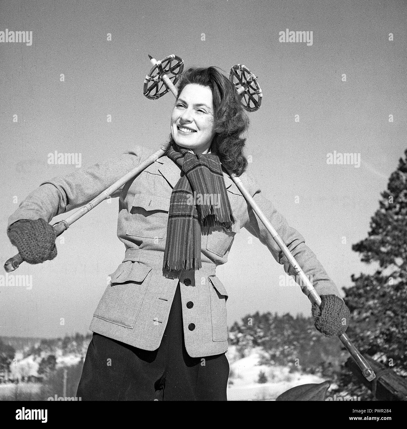 Winter in the 1940s. Actress Viveca Lindfors, 1920-1995. Pictured here ready to go cross country skiing. She is posing with the ski poles graphically behind her back.  Sweden 1948. Photo Kristoffersson ref AA16-2 - Stock Image
