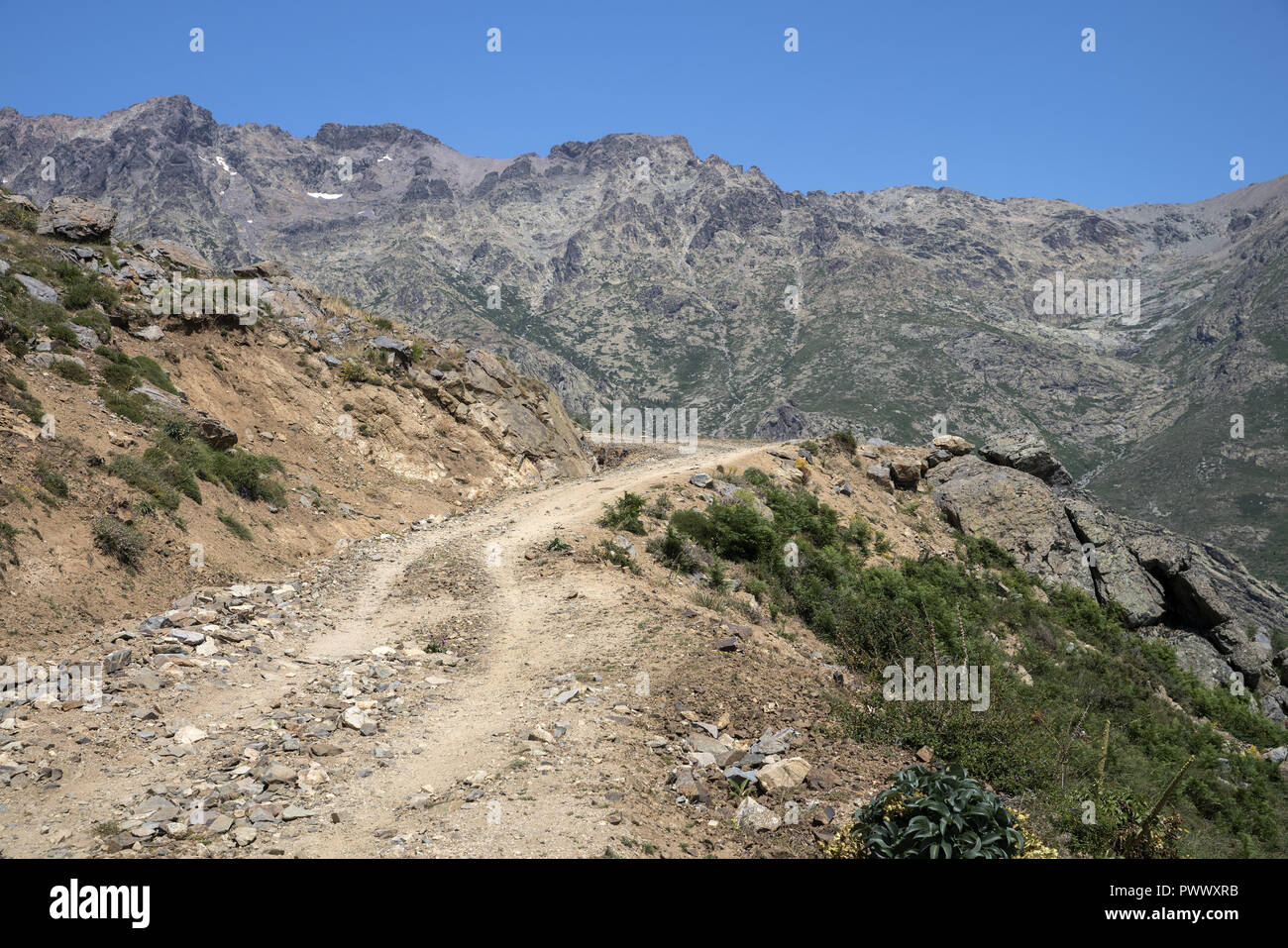 Dangerous road in high mountains. Massif Monte Cinto, the highest mountain in Corsica (2706 m). Masyw Monte Cinto, najwyższa góra na Korsyce (2706 m). - Stock Image