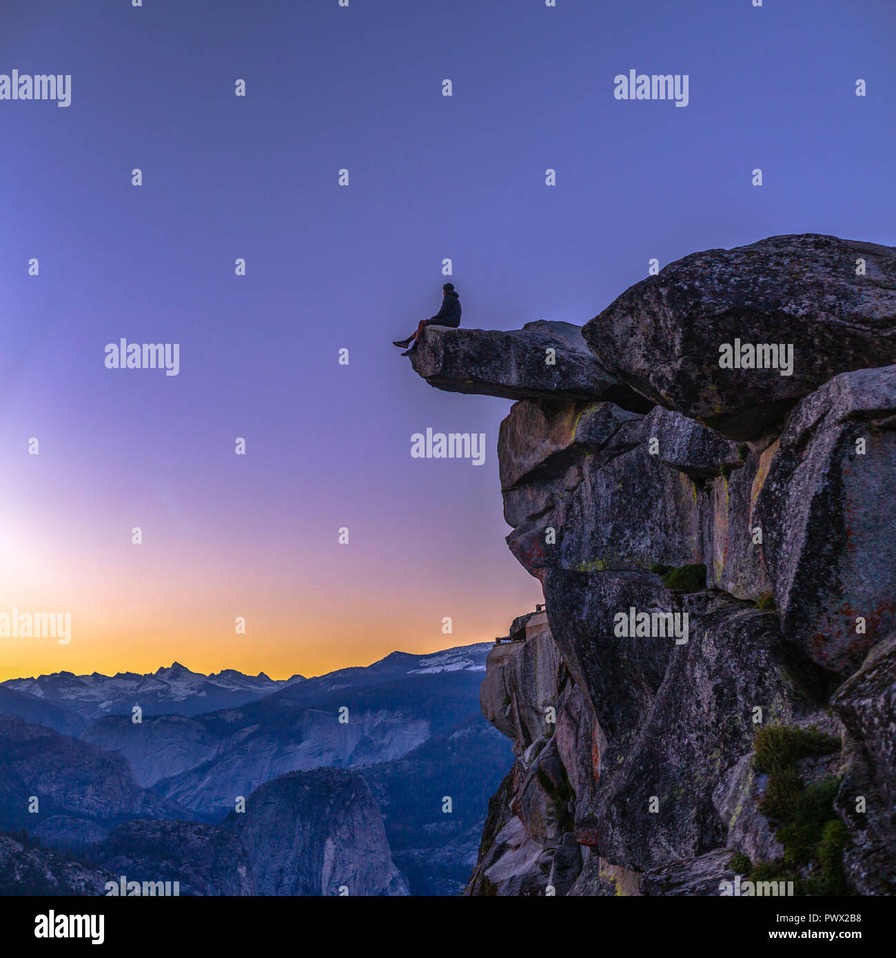 Man at the edge of cliff in Glacier Point - Stock Image