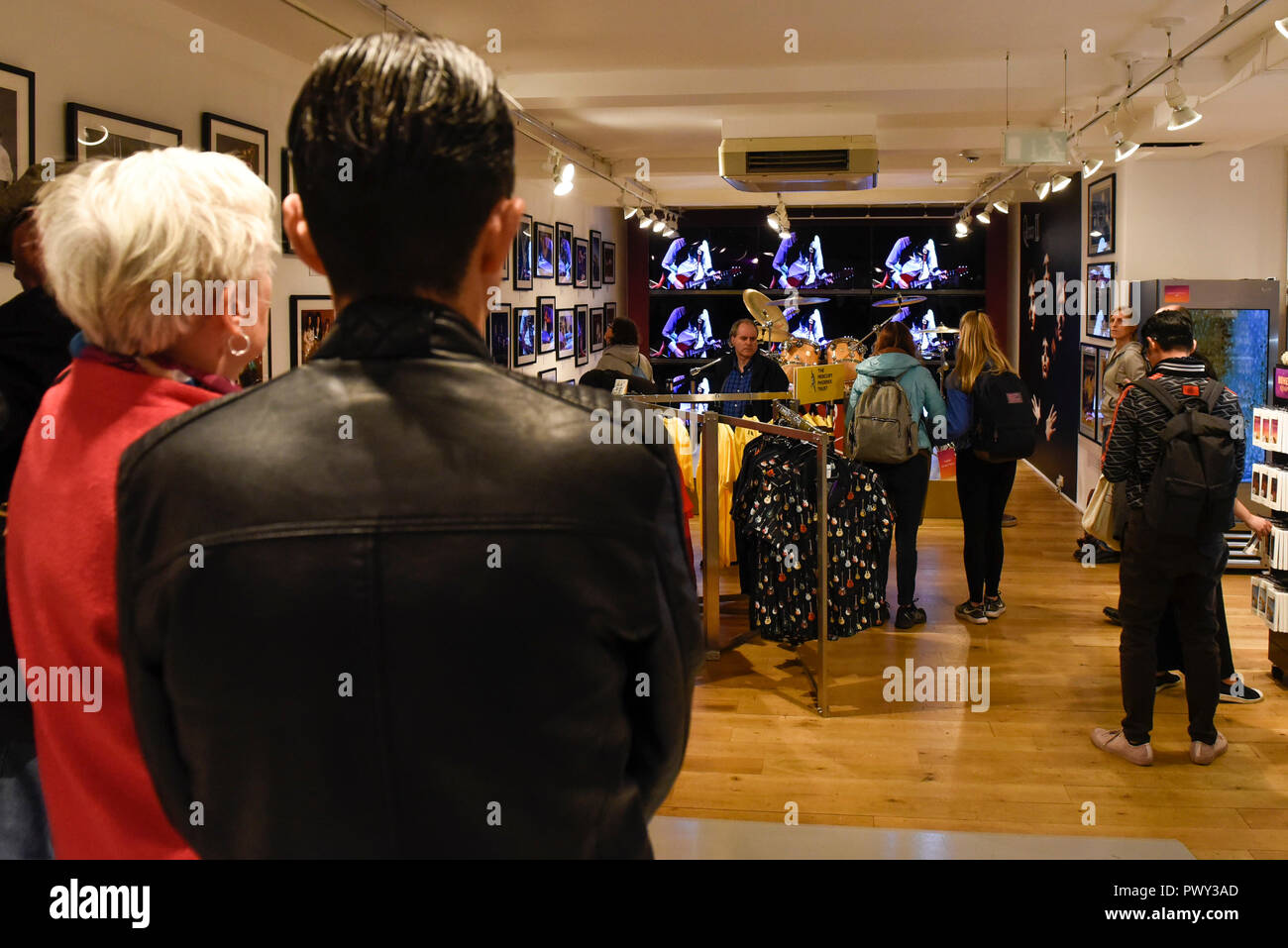 London, UK.  18 October 2018.  Visitors to the Queen pop-up shop which has opened in Carnaby Street.  Coinciding with the release next week of the movie 'Bohemian Rhapsody', the shop offers Queen music fans memorabilia, a display of stage costumes as well as archived Queen performance footage. Credit: Stephen Chung / Alamy Live News - Stock Image