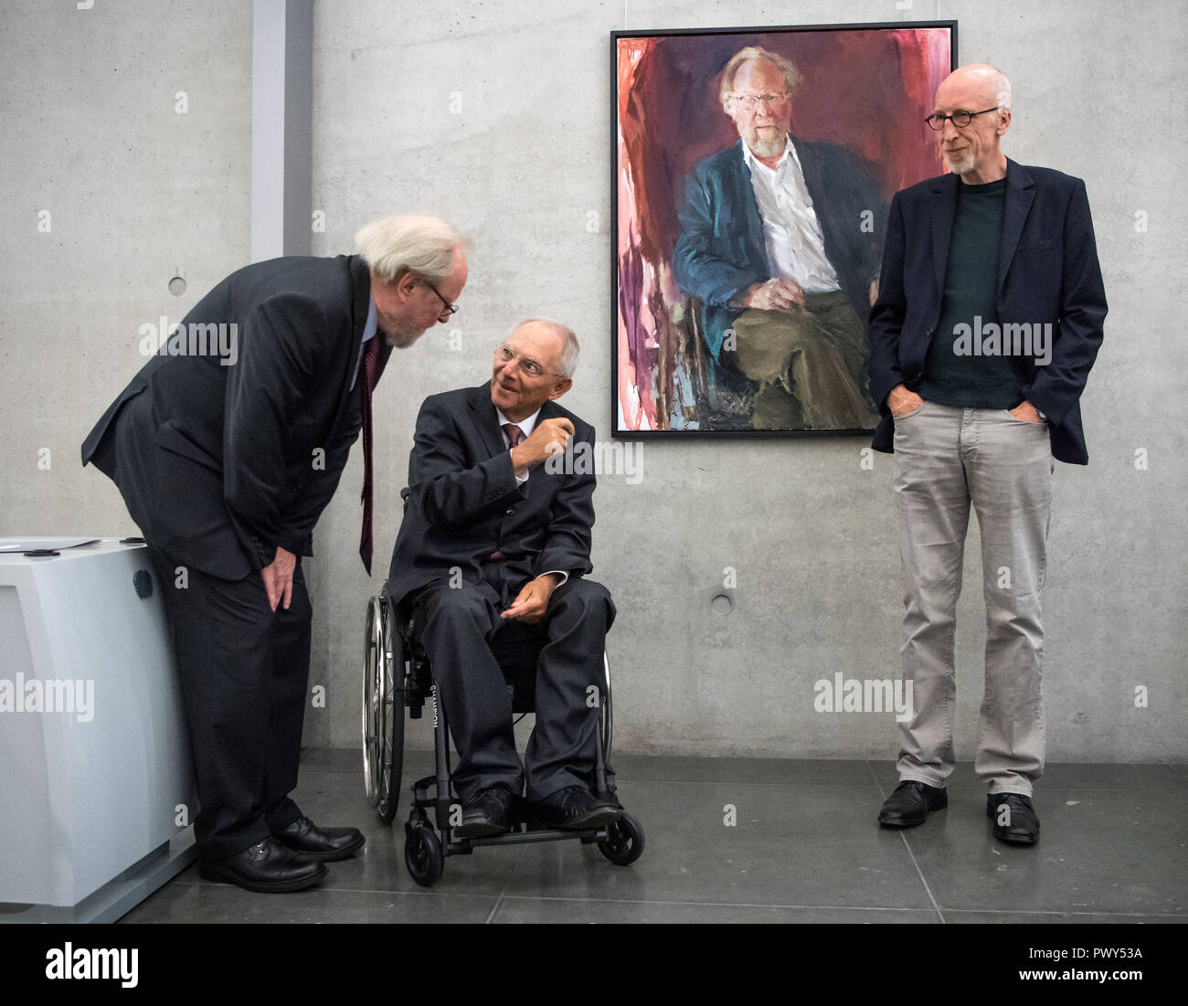 Berlin, Germany. 18th Oct, 2018. Former President of the Bundestag Wolfgang Thierse (l-r, SPD), President of the Bundestag Wolfgang Schäuble (CDU) and the artist Johannes Heisig are standing in the Gallery of Presidents of the Bundestag in the Paul-Löbe-Haus on the occasion of the inauguration of the Thierse portrait. Credit: Bernd von Jutrczenka/dpa/Alamy Live News - Stock Image