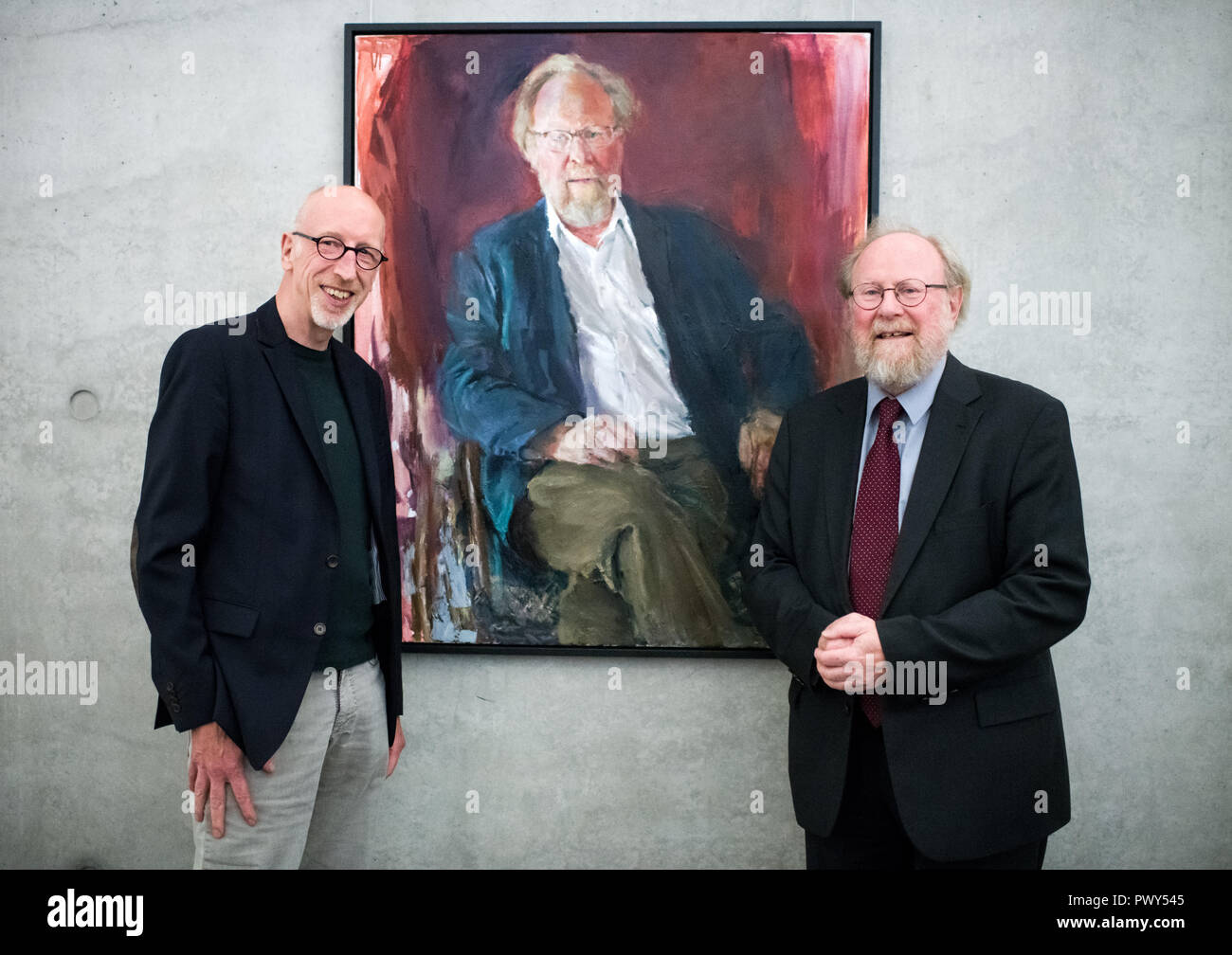 Berlin, Germany. 18th Oct, 2018. The former president of the Bundestag Wolfgang Thierse (SPD) and the artist Johannes Heisig (l) are standing in the gallery of the presidents of the Bundestag in the Paul-Löbe-Haus on the occasion of the inauguration of the Thierse portrait. Credit: Bernd von Jutrczenka/dpa/Alamy Live News - Stock Image