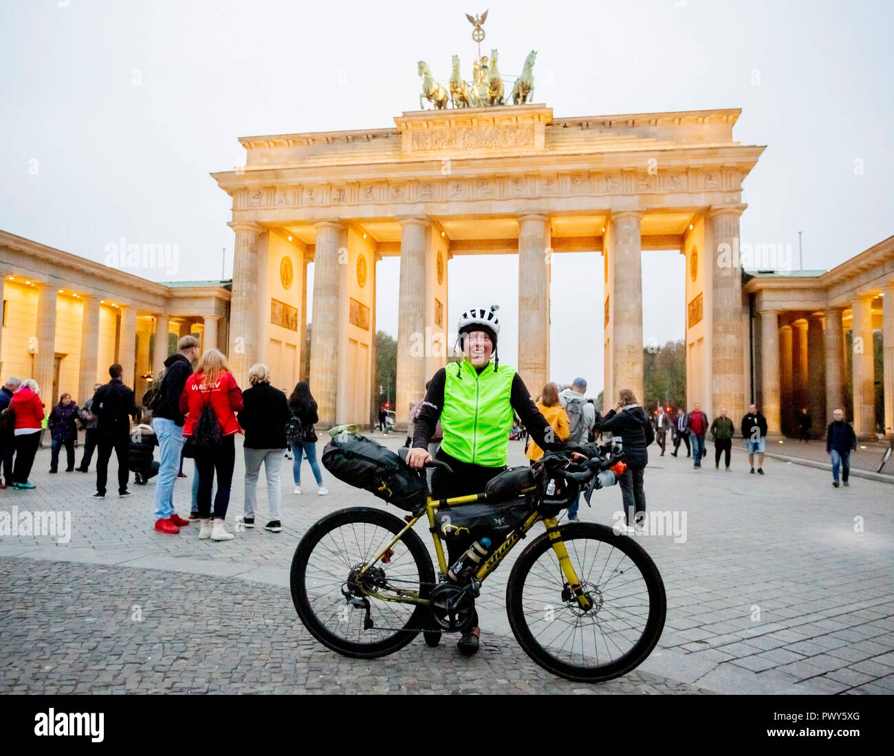 Berlin, Germany. 18th Oct, 2018. The Scottish Jenny Graham is standing at the Brandenburg Gate on her arrival after she has circumnavigated the world by bicycle. The British woman was the first woman to circumnavigate the world by bicycle alone in only 125 days. The previous world record was 144 days. Credit: Christoph Soeder/dpa/Alamy Live News - Stock Image