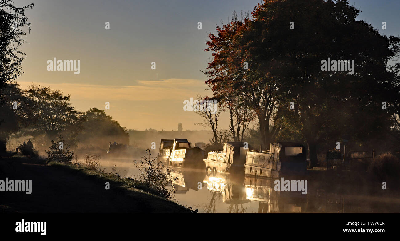 Burscough, Lancashire, UK. 18th Oct, 2018.  Mist rises from the Leeds and Liverpool Canal over the Crabtree Lane Moorings near Burscough as the sun comes up on a October autumn morning. Cw 6431  Photo image Cw 6431 Copyright Colin Wareing Credit: Colin Wareing/Alamy Live News Stock Photo