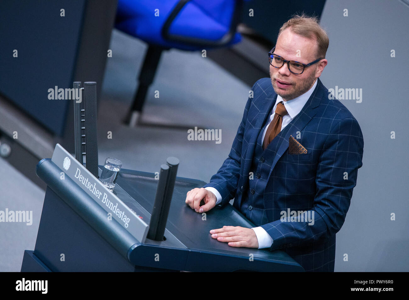 Berlin, Germany. 18th Oct, 2018. Helge Lindh, member of the Bundestag of the SPD faction, speaks in the Bundestag. Credit: Jens Büttner/dpa-Zentralbild/dpa/Alamy Live News - Stock Image
