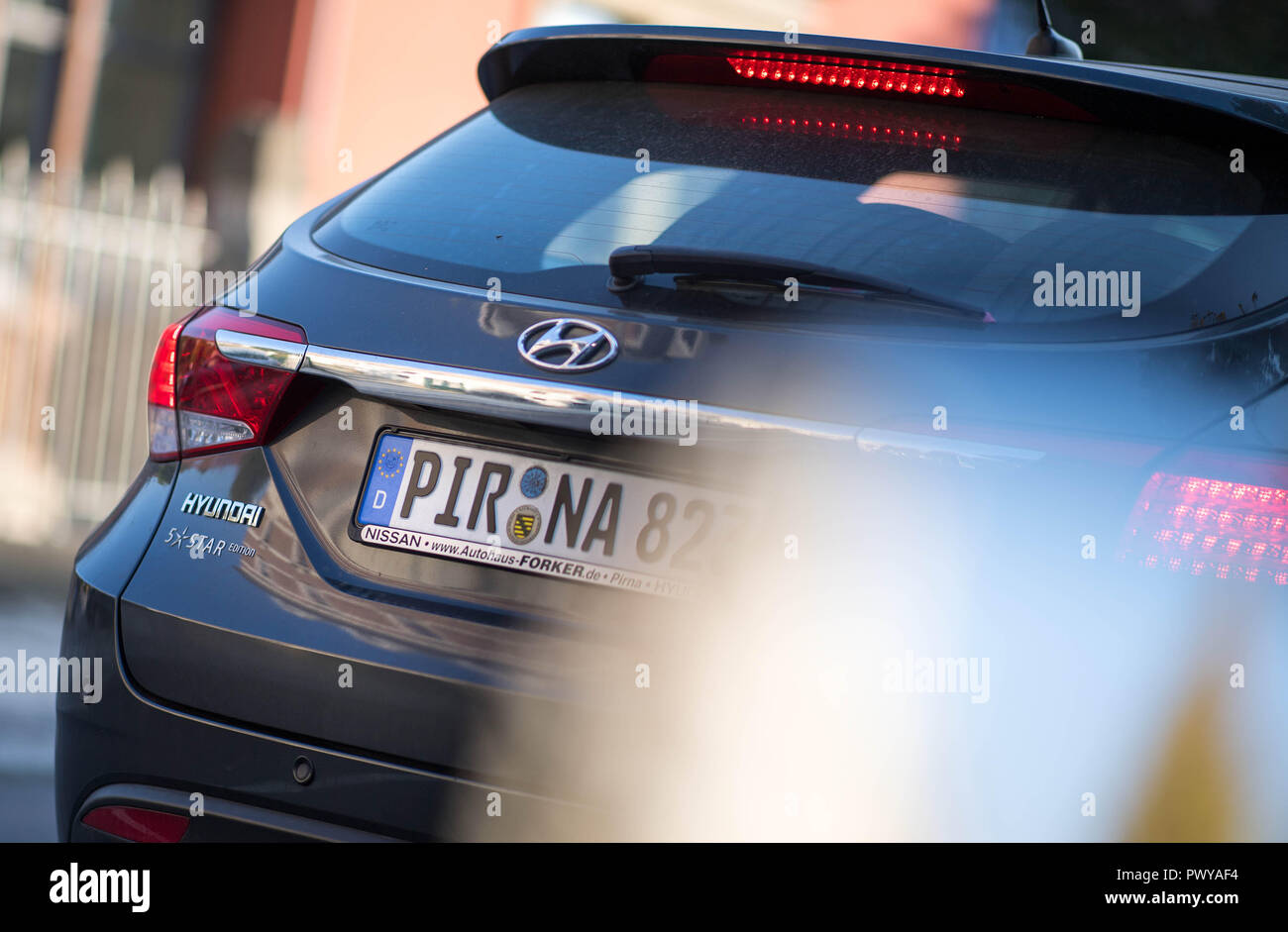Prina, Germany. 17th Oct, 2018. The number plate of a car bears the words Pirna. (to 'PIR-AT - Trend to the Heimatkennzeichen in Sachsen unbroken' from 19.10.2018) Credit: Monika Skolimowska/dpa-Zentralbild/ZB/dpa/Alamy Live News - Stock Image