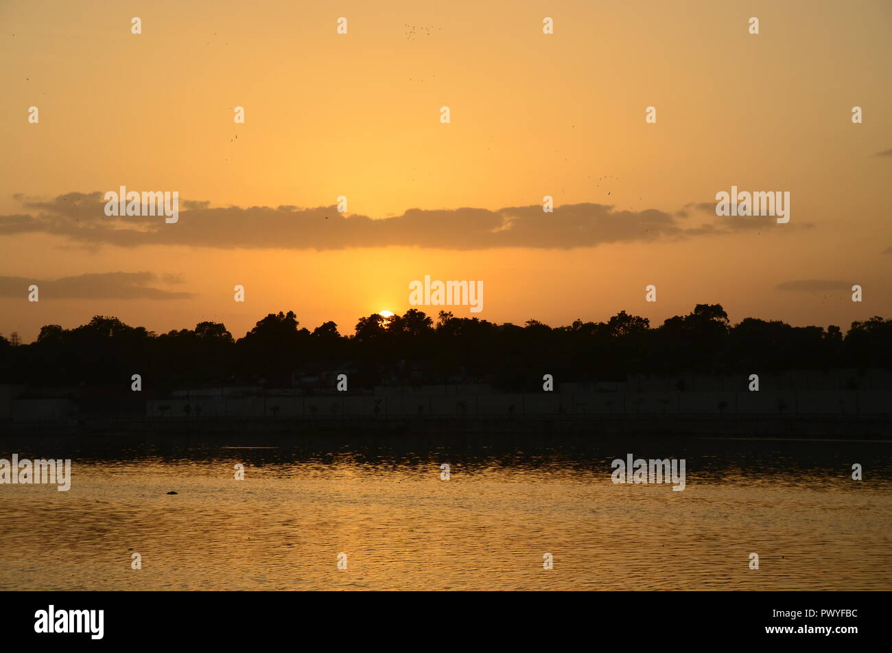 Sunset over the Sabarmati River Front in Ahmedabad in Gujrat, India. - Stock Image