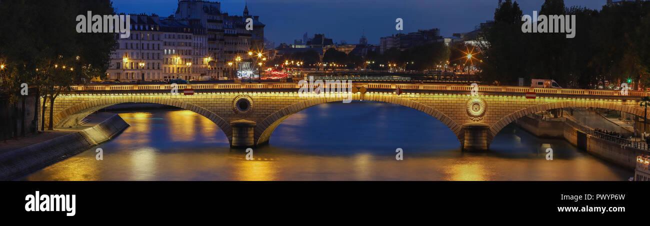 The night panoramic view of Louis-Philippe bridge, Paris, France. - Stock Image