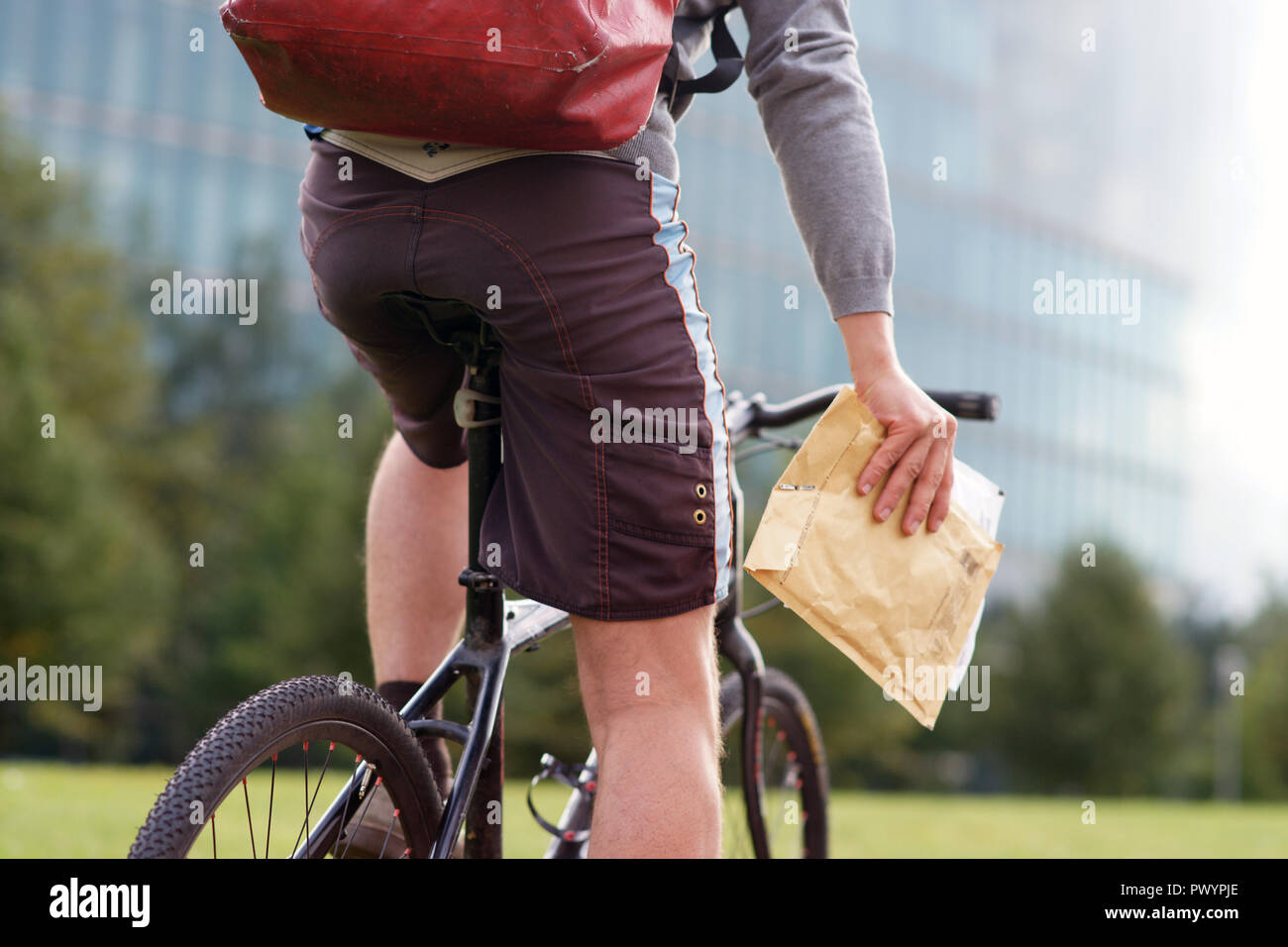 Bicycle messenger - commuter with bicycle in Berlin - Stock Image