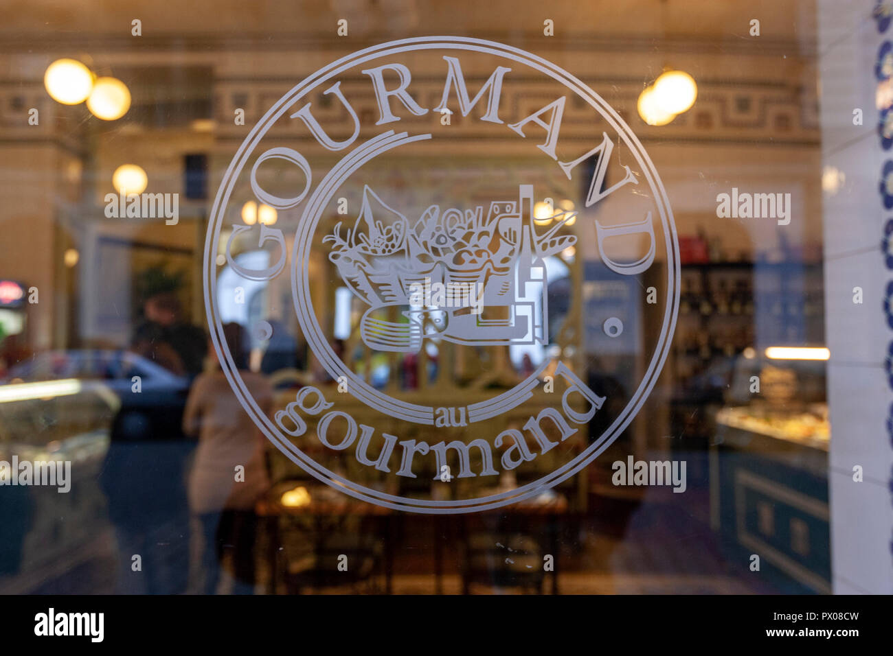 au Gourmand showcase glass engraved, Bohemian style deco, Bakeries in Dlouha 614/10, Prague, Czech Republic. - Stock Image
